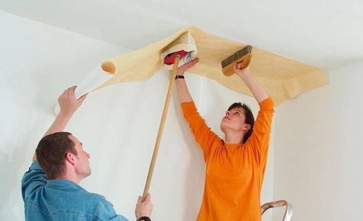 Процесс оклейки потолка