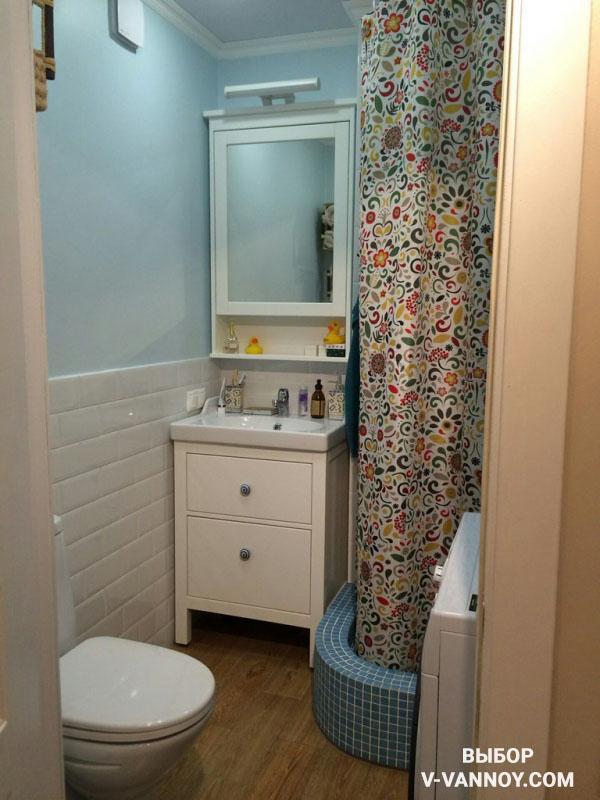 В некоторых случаях стены не облицовывают полностью кафелем. Отделка плиткой происходит только в той части стен, которая наиболее подвержена влиянию воды, остальную поверхность покрывают специальной краской с влагостойким эффектом.