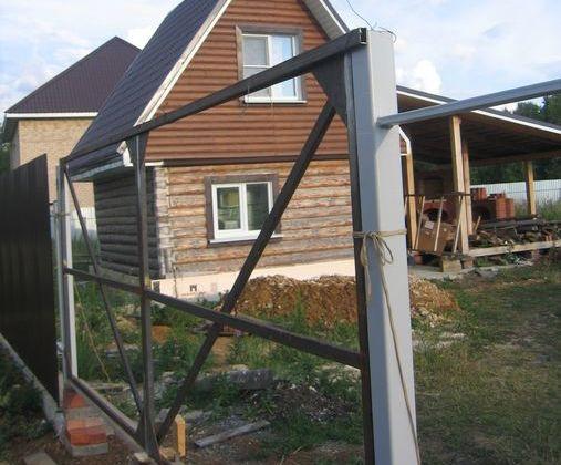 Сверху ворота связываем трубой и привязываем ее к столбам
