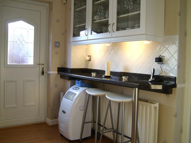 Пристенная барная стойка используется в малогабаритных кухнях
