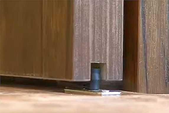 Так выглядит установленный флажковый ролик при открытых дверях