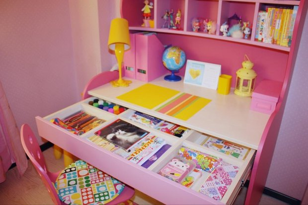 Розовый детский письменный стол в детской