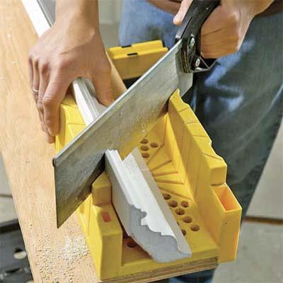стусло и ножовка для вырезания потолочной галтели в углу