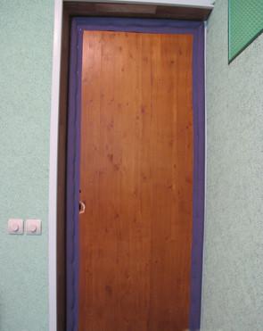 Дверь с закрепленными валиками