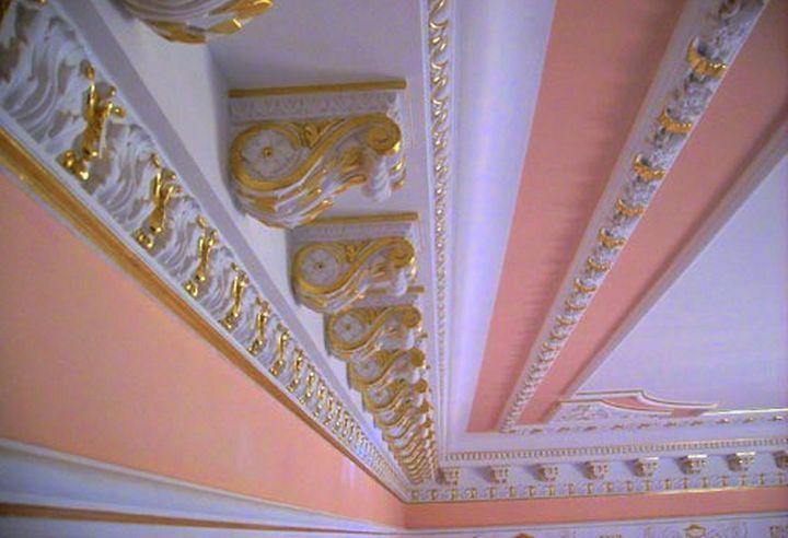 Художественный декор потолочного плинтуса