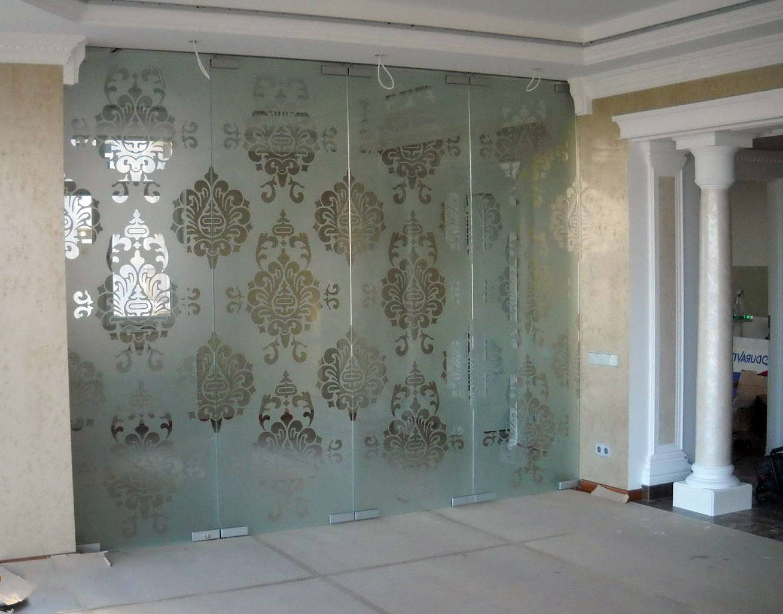 Межкомнатная стеклянная перегородка с пескоструйным рисунком