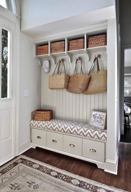 Мягкая скамейка в шкафу