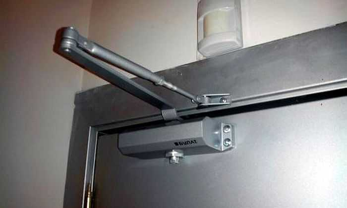 Доводчик на входную металлическую дверь ставиться аналогично