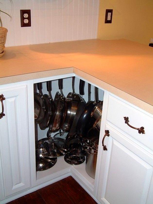 Кухня в цветах: оранжевый, желтый, черный, светло-серый, белый. Кухня в стиле неоклассика.