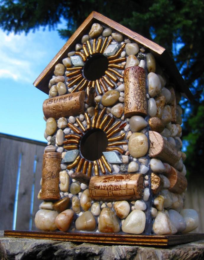 Скворечник, декорированный камешками