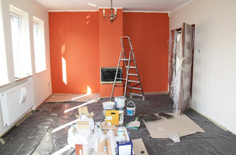 Недорогой косметический ремонт квартиры часто вполне по силам выполнить своими руками