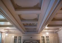 Примеры, чем обшить потолок в деревянном доме внутри (фото)