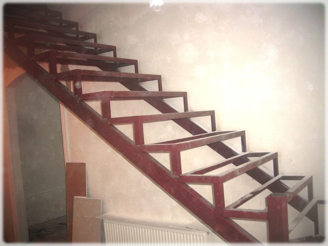 Наиболее распространенной и простой в изготовлении лестничной системой является конструкция на косоурах