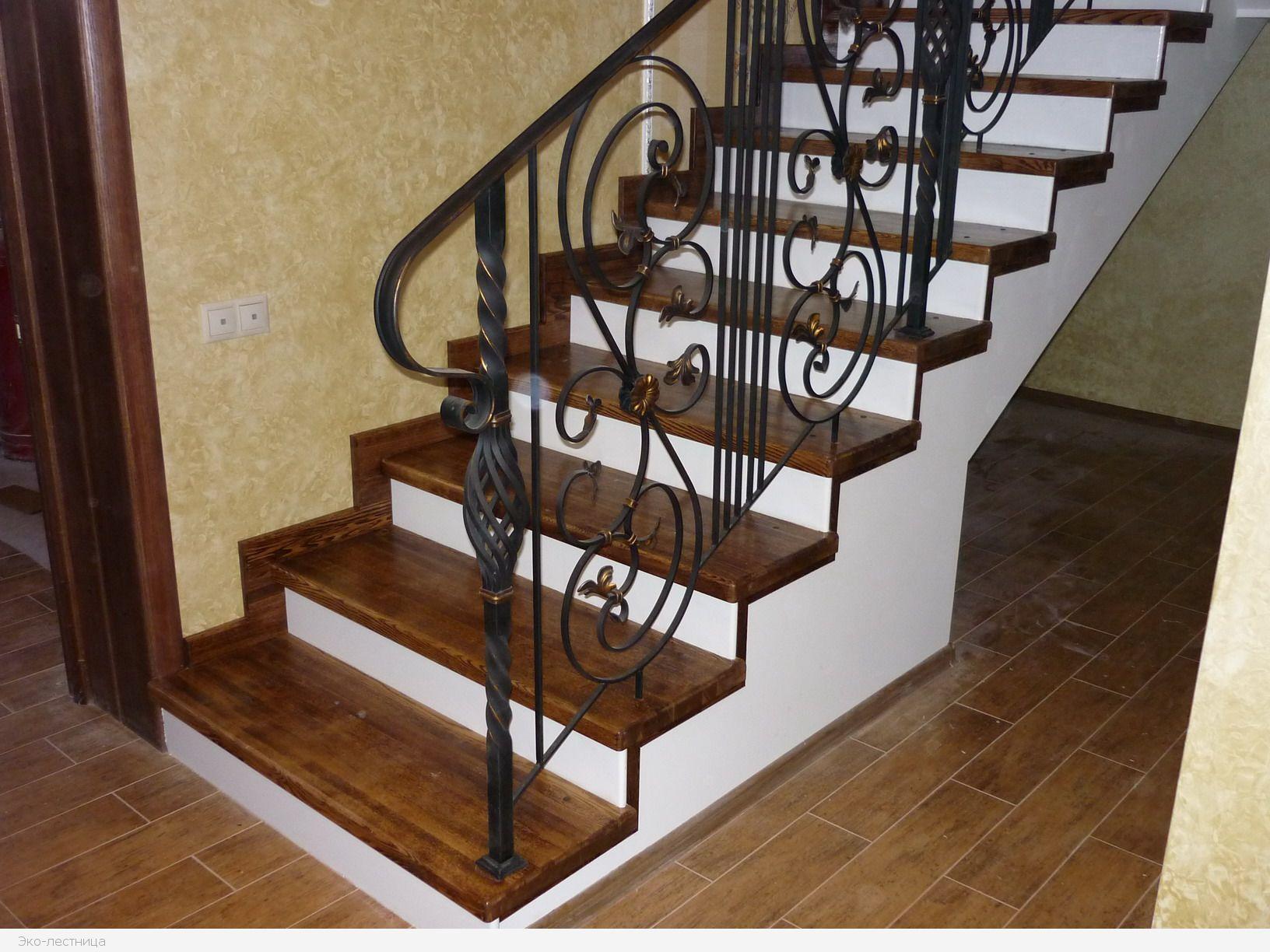 Можно обшить деревом только ступени бетонной лестницы. Контрастная отделка смотрится очень эффектно