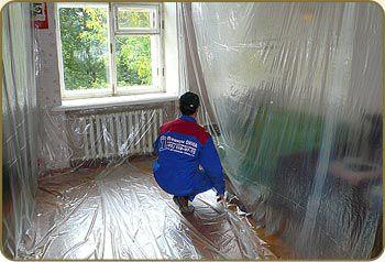 Пленка защитит стены и оставшуюся мебель от грязи