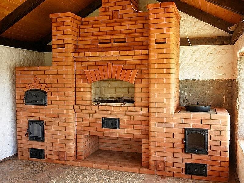 Большая печь с дровницей и варочным отсеком