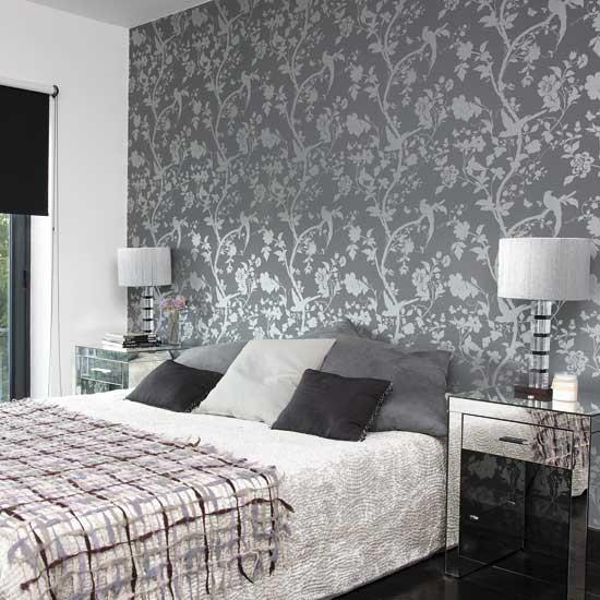 Чёрные с серебром обои в интерьере спальни