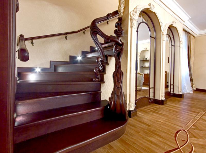 Бетонная лестница облицованная красным деревом очень красива, но такую работу можно доверить только мастеру
