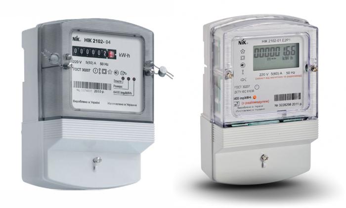 Электронно-механический (слева) и электронный счетчики