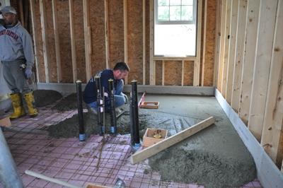 Заливка бетонной стяжки на арматуру