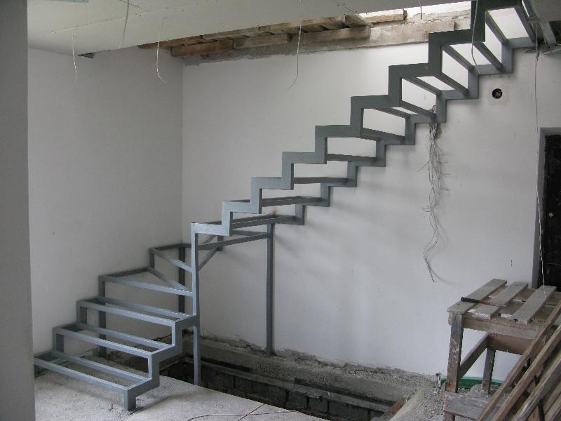 Определившись с видом лестницы, сделав ее проектировочный эскиз, вы можете приступать к монтажу конструкции