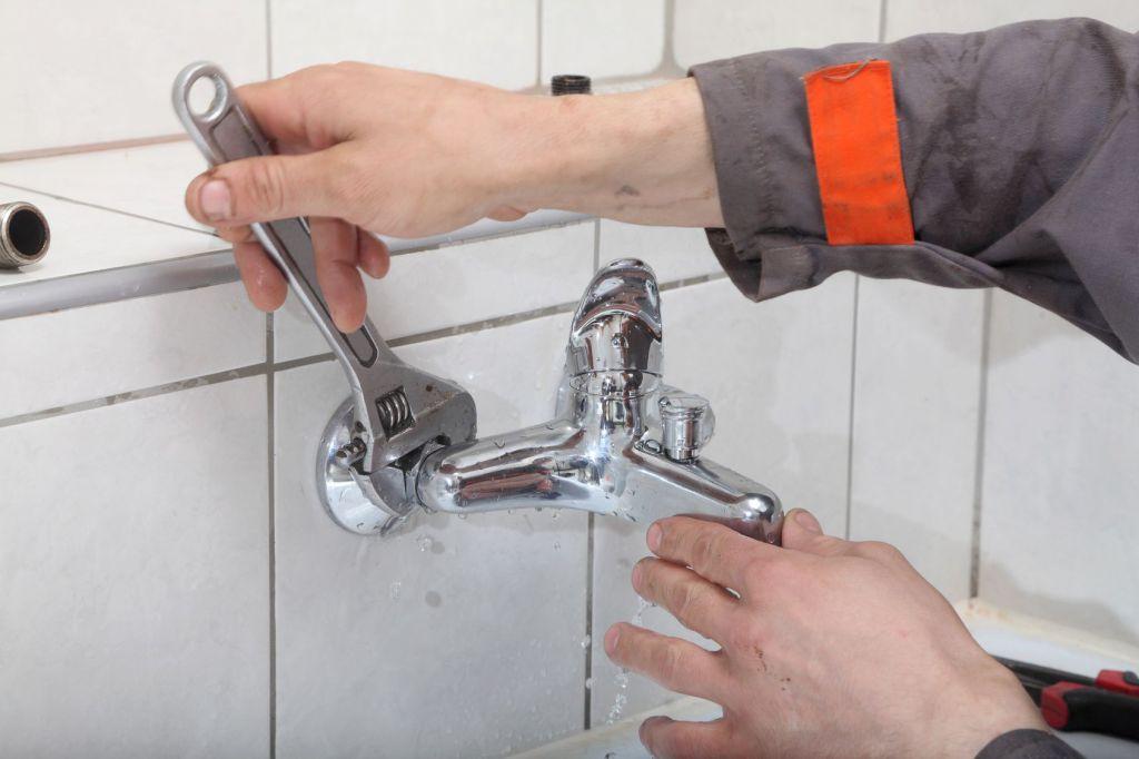 Как заменить смеситель в ванной своими руками