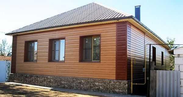 Гармонично оформить дом, обшитый металлическим сайдингом непросто