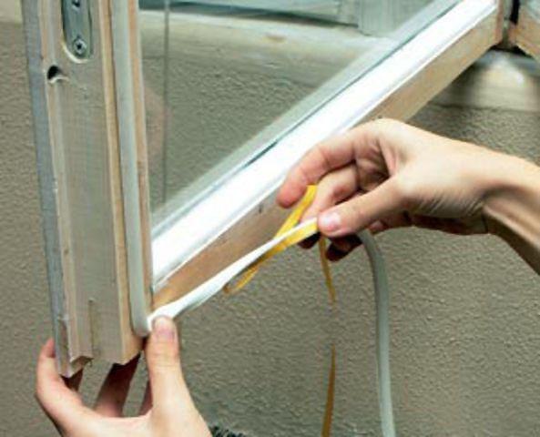 Утепление деревянного окна клейкой поролоновой лентой