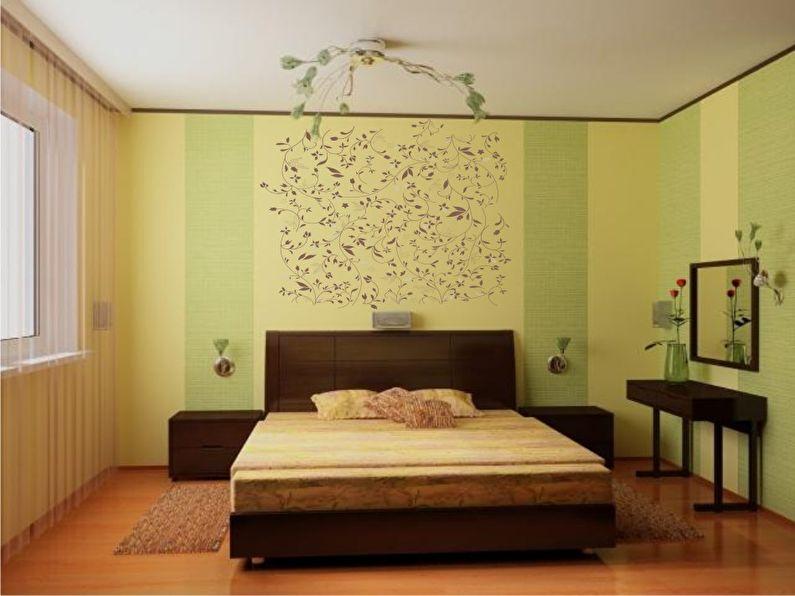 Вертикальное комбинирование обоев в спальне
