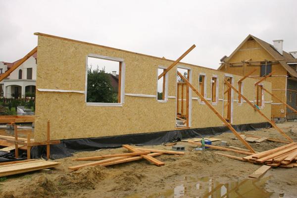 Строительство дома из панелей. Собрали одну стену