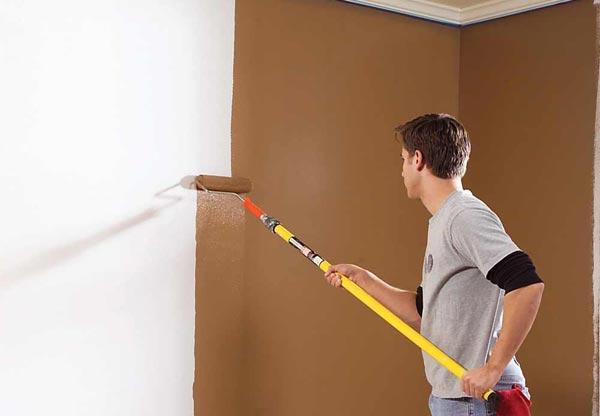 Окрашивая стены валиком, нужно стремиться создать однородную поверхность, без видимых полос и проплешин
