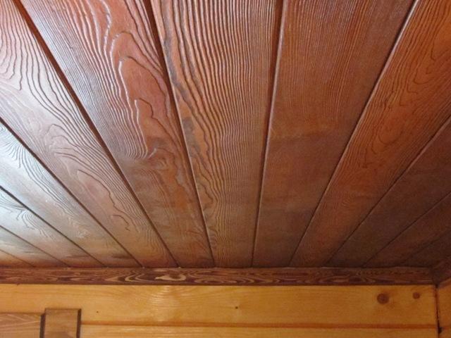 Как правило, деревянный потолок требует дальнейшей обработки для придания ему эстетичного вида