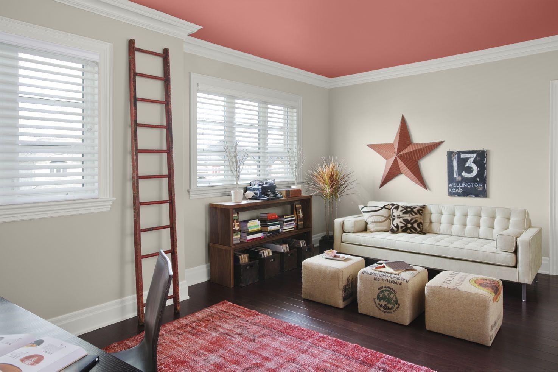 Потолок в гостиной, окрашенный в розовый цвет