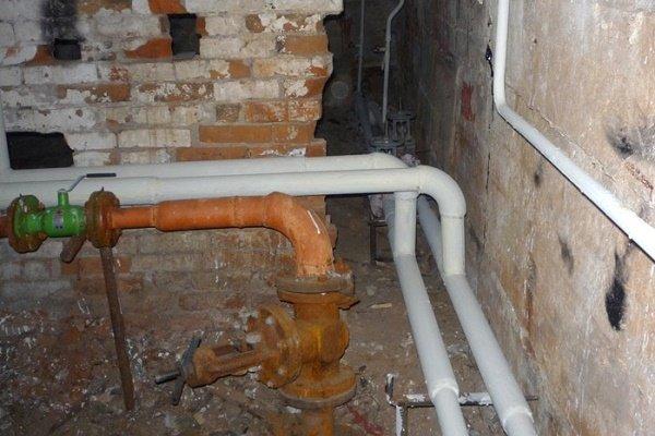 Окрашенные водопроводные трубы в подвале