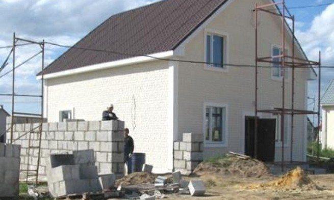 На фото - довольно частое явление в индивидуальном строительстве, когда к готовому строению «приращивают» дополнительную площадь