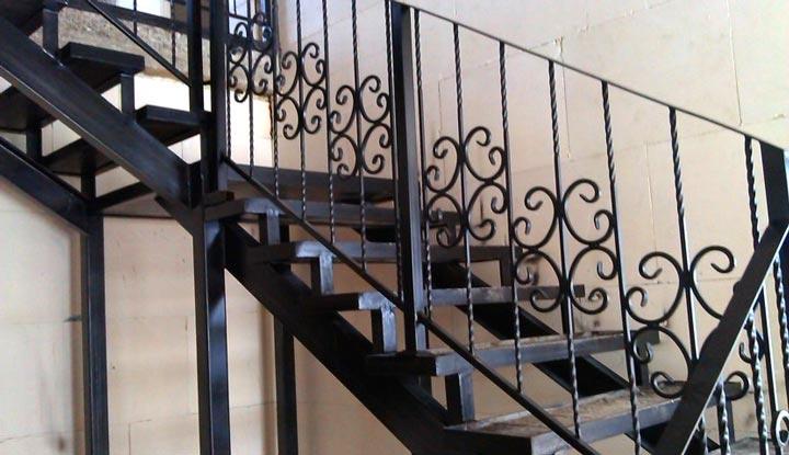 Монтаж перил к металлической лестнице