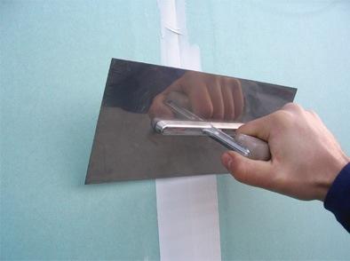 Последний штрих перед покрытием декоративным материалом — это шпаклевка стыков и углублений от саморезов