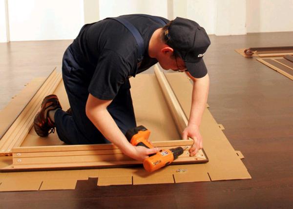 Там, где коробка будет прилегать к стене, саморезами крепятся подвесные планки
