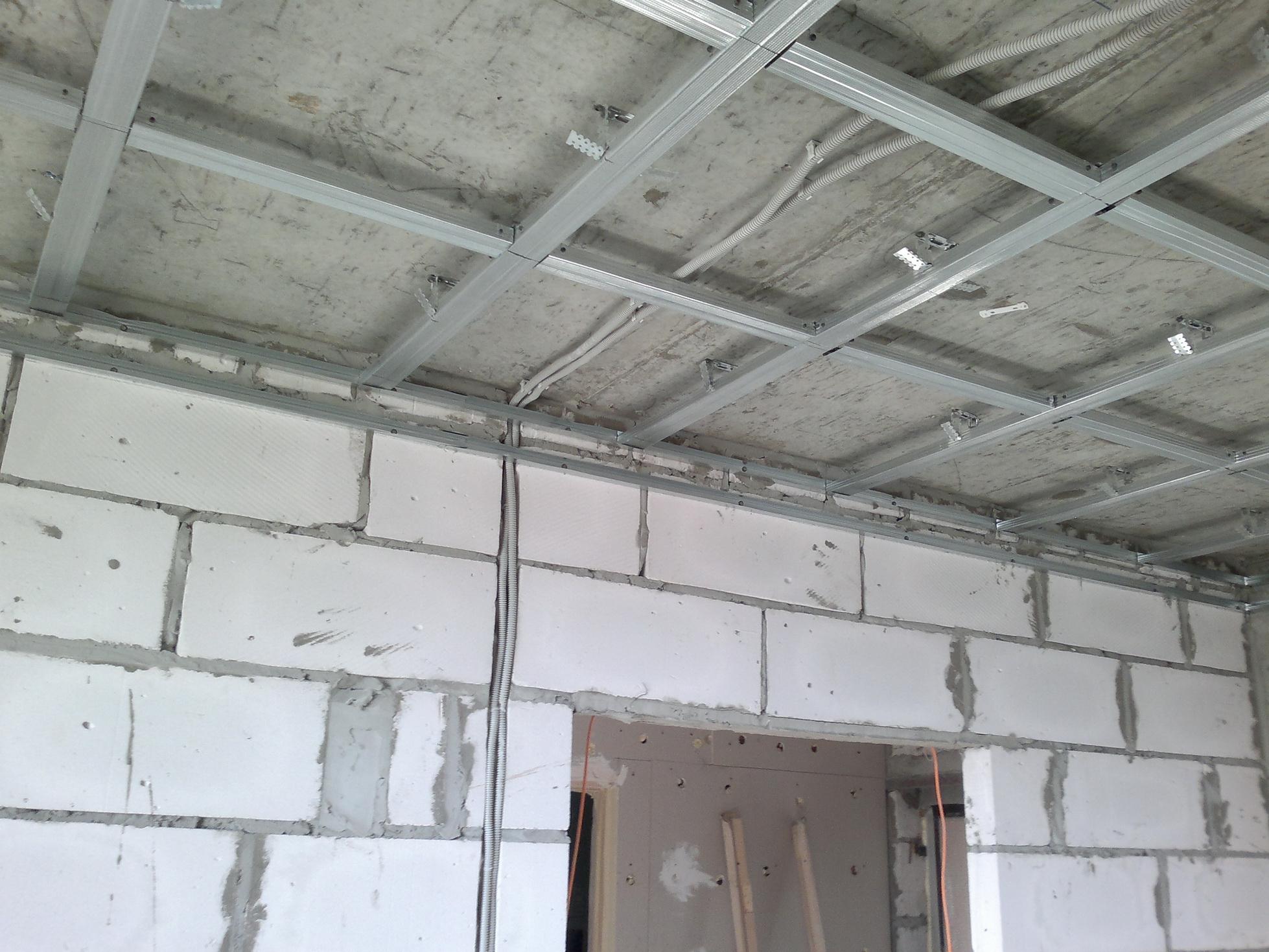 Подвесной потолок позволяет скрыть электрическую проводку и другие коммуникации