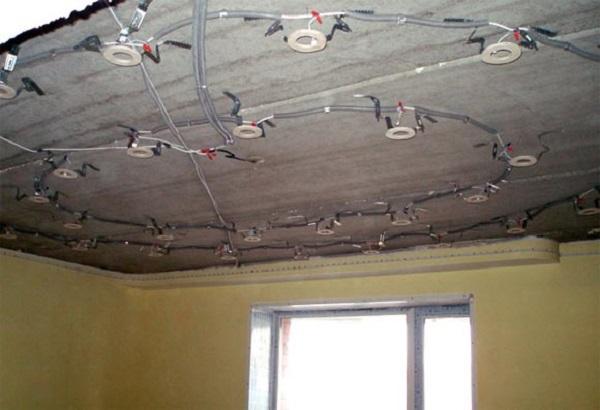 При обычном способе распределения проводки, провод прокладывают по определенной схеме к местам установки светильником, оставляя 10-15 см провода в каждой точке. Проводку закрепляют на каркасе с помощью пластиковых стяжек
