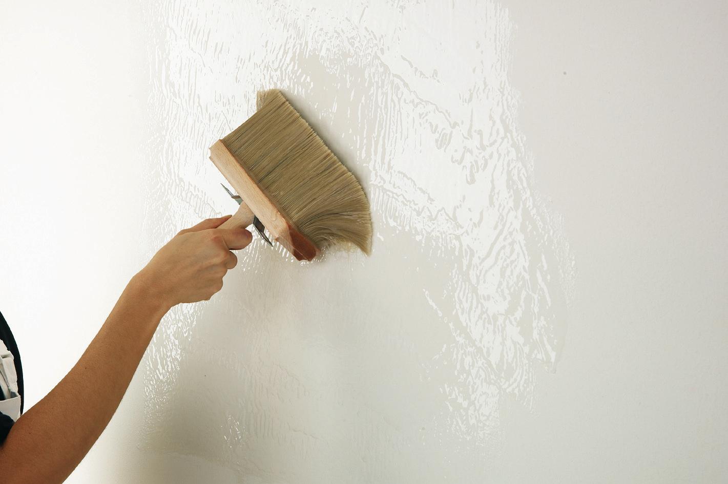 Грунтовка стены после шпаклевки