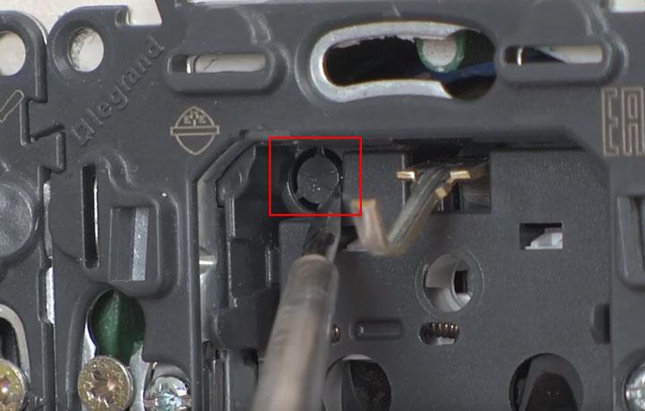 место в розетке куда монтируется модуль индикации и подсветки
