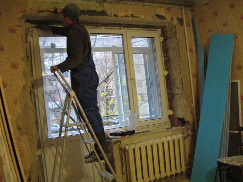 Установка пластикового балконного блока