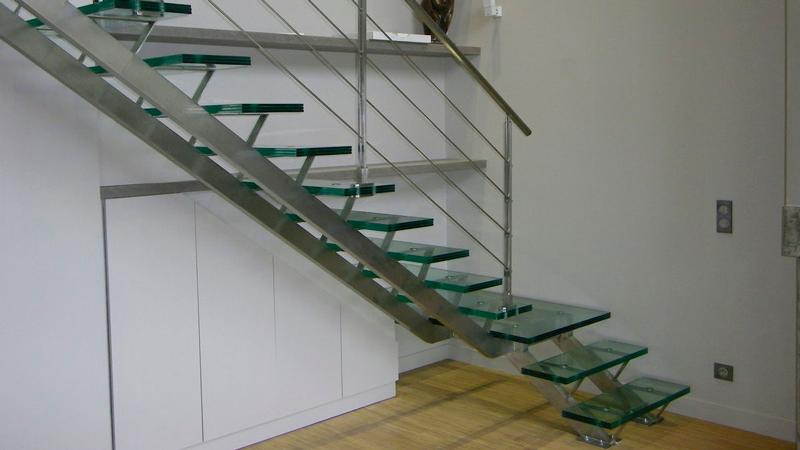 Еще одним конструктивным и стилистическим решением может быть использование ступеней из специального стекла либо сверхпрочного пластика