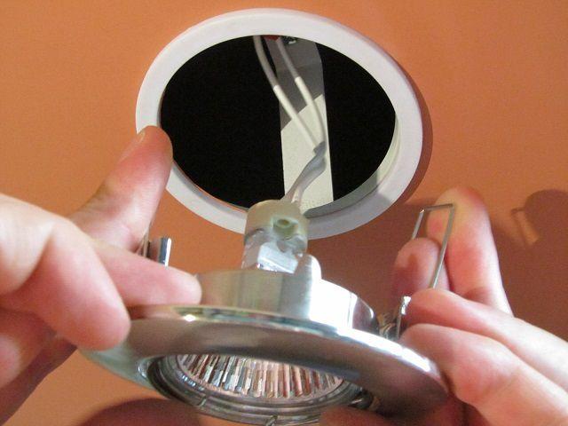 ... и установка светильников в предназначенные для них гнезда.