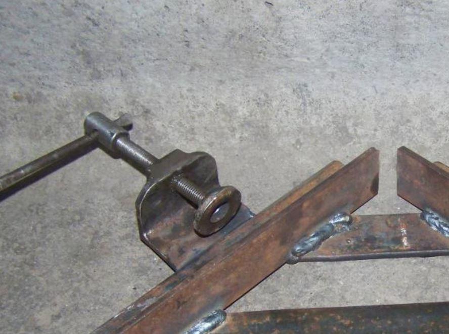 струбцина из металла вид спереди