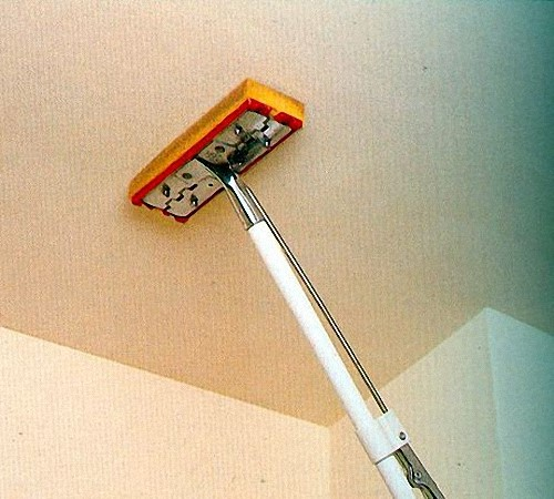 Размачивание обоев на потолке валиком