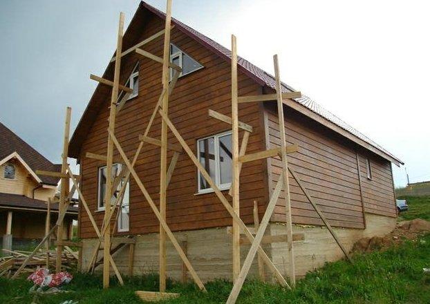 На фото - ремонт каркасного дома, searchbuild.ru