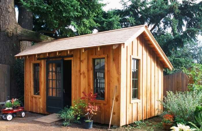 При желании сарай можно сделать похожим на маленький домик