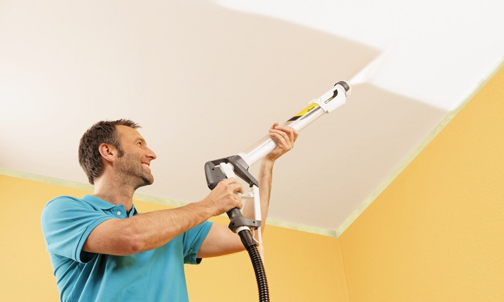 Покраска потолка при помощи краскопульта